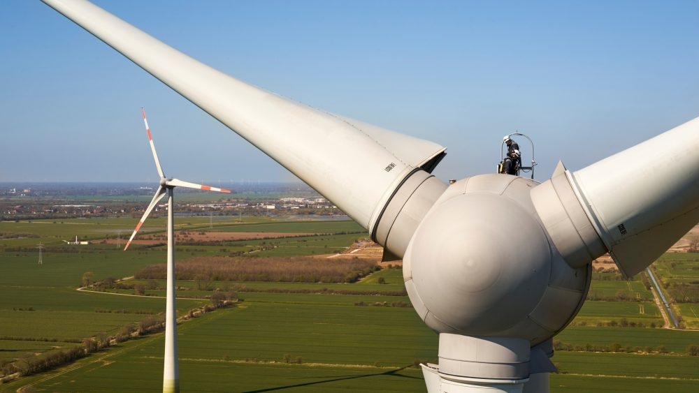 Außendienst-Team führt die DGUV V3 Prüfung auf der Windenergieanlage durch