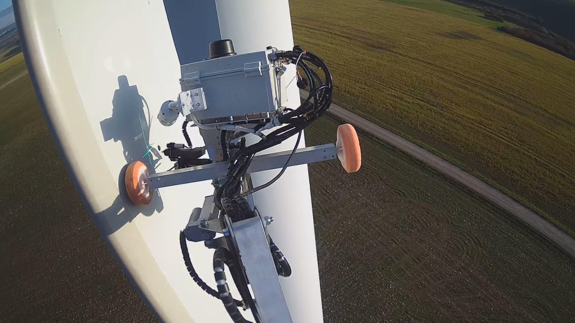 "Copyright: Aerones - Der ferngesteuerte Roboterarm ""Robotic Blade Care System"""